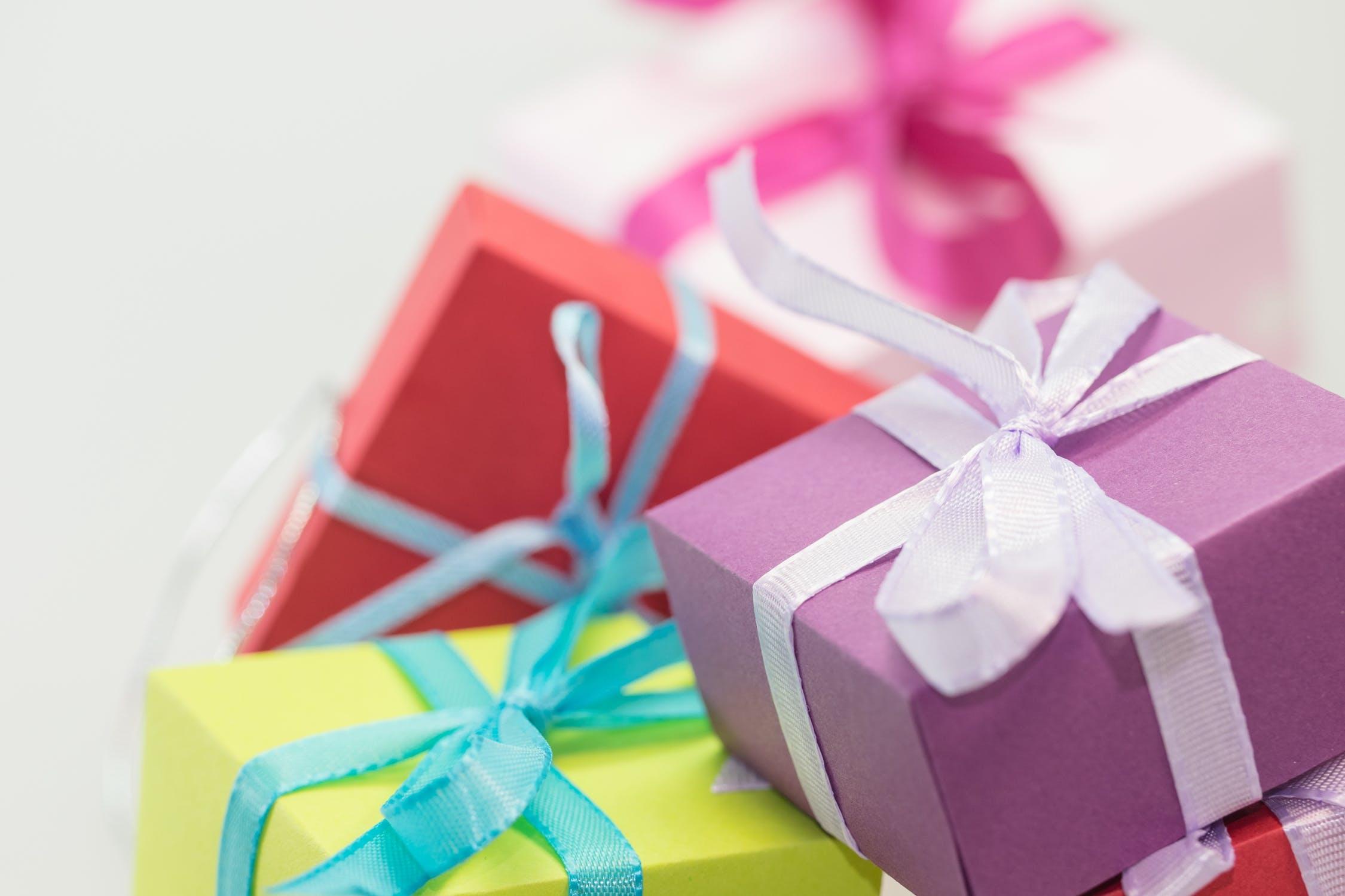 смотря картинки с красивыми подарками лишай его своей