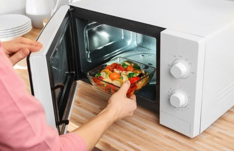 Микроволновка vs духовка: названы плюсы и минусы приготовления пищи в СВЧ-печах