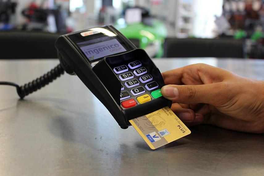 Как защитить банковскую карту от злоумышленников – советы специалиста